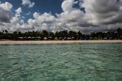 In het midden van een verbazende, groene en turkooise Cara?bische overzees; transparant water, tropisch paradijs Playa Macaro, Pu stock afbeelding