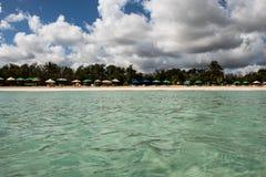 In het midden van een verbazende, groene en turkooise Cara?bische overzees; transparant water, tropisch paradijs Playa Macaro, Pu stock foto