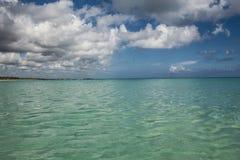 In het midden van een verbazende, groene en turkooise Cara?bische overzees; transparant water, tropisch paradijs Playa Macaro, Pu royalty-vrije stock fotografie