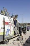Het middenoosten Mitzpe Ramon, Israël 29 februari, a-arbeider met een ladder en auto Stock Foto