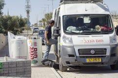 Het middenoosten Mitzpe Ramon, Israël 29 februari, de installatie van de nieuwe zonnebedrijven ` hom-Hanegev ` van waterverwarmer Royalty-vrije Stock Afbeeldingen