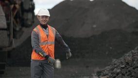 Het mijnbouw mannelijke mens dansen stock videobeelden