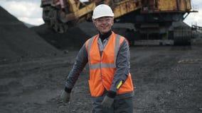Het mijnbouw mannelijke mens dansen stock video