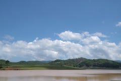 Het milieu en het ecosysteem, groene weide naast het meer met blauwe hemel en wolkendeel 8 stock foto