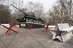 Het militaire die gedenkteken met tank t-34, wordt geïnstalleerd ter ere van stock fotografie