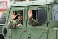 Het militaire golven van de V.S. aan de mensen Stock Afbeeldingen