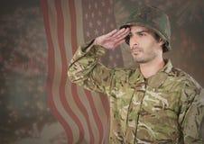 Het militaire groeten tegen Amerikaanse vlag Stock Foto