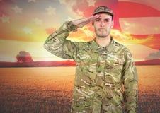 Het militaire groeten tegen landschapszonsondergang Royalty-vrije Stock Afbeelding