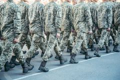 Het militaire laarzenleger loopt de paradegrond stock afbeeldingen