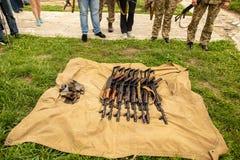 Het militaire machinegeweer ligt op het droge gras in het gebied royalty-vrije stock afbeelding