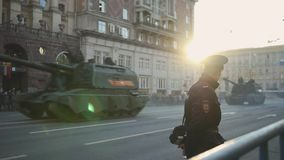 Het militaire machines drijven door de straten van Moskou stock videobeelden