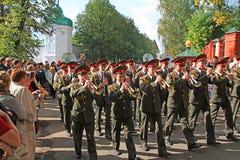 Het militaire orkest op stadsstraat. Stock Foto's