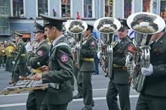 Het militaire orkestmusici paraderen Stock Foto's