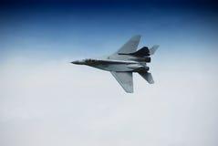 Het militaire vliegtuig vliegen Stock Fotografie