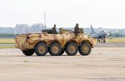 Het militaire voertuig op wielen van de gepantserde personeelsdrager Stock Foto's