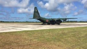 Het militaire Vrachtvliegtuig zit op Tarmac stock video