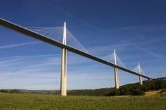 Het Millau-Viaduct, een kabel-gebleven brug die de vallei van de Rivier de Tarn dichtbij Millau in zuidelijk Frankrijk overspant  Royalty-vrije Stock Fotografie