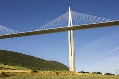 Het Millau-Viaduct, een kabel-gebleven brug die de vallei van de Rivier de Tarn dichtbij Millau in zuidelijk Frankrijk overspant  Stock Foto's
