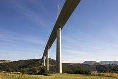 Het Millau-Viaduct, een kabel-gebleven brug die de vallei van de Rivier de Tarn dichtbij Millau in zuidelijk Frankrijk overspant  Royalty-vrije Stock Foto