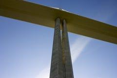 Het Millau-Viaduct, een kabel-gebleven brug die de vallei van de Rivier de Tarn dichtbij Millau in zuidelijk Frankrijk overspant  stock fotografie