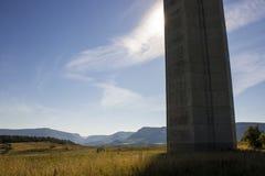 Het Millau-Viaduct, een kabel-gebleven brug die de vallei van de Rivier de Tarn dichtbij Millau in zuidelijk Frankrijk overspant  Stock Afbeeldingen