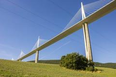 Het Millau-Viaduct, een kabel-gebleven brug die de vallei van de Rivier de Tarn dichtbij Millau in zuidelijk Frankrijk overspant  Stock Foto