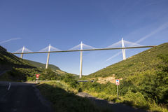 Het Millau-Viaduct, een kabel-gebleven brug die de vallei van de Rivier de Tarn dichtbij Millau in zuidelijk Frankrijk overspant  Royalty-vrije Stock Afbeeldingen