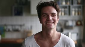 Het Millennial positieve mens stellen thuis in keuken, videoportret stock videobeelden