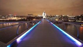 Het Millenniumbrug die van Londen tot St Pauls Cathedral groot nachtschot leiden stock video