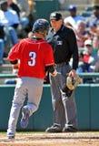 Het minder belangrijke honkbal van de Liga - de agent kruist de plaat Royalty-vrije Stock Foto