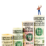 Het miniatuurbeeldje met overwinningsgebaar op de meesten taxeerde Amerikaans dollarbankbiljet Royalty-vrije Stock Foto