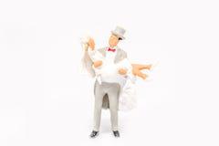 Het miniatuurpaar van het mensenhuwelijk op achtergrond met ruimte voor tex Royalty-vrije Stock Fotografie