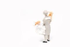 Het miniatuurpaar van het mensenhuwelijk op achtergrond met ruimte voor tex Stock Foto's
