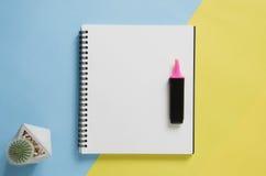 Het minimale concept van de bureauwerkplaats Leeg notitieboekje, cactus, teller Stock Afbeeldingen