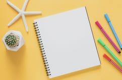 Het minimale concept van de bureauwerkplaats Leeg notitieboekje met zeesterren Stock Afbeeldingen
