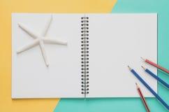 Het minimale concept van de bureauwerkplaats Leeg notitieboekje met zeesterren Royalty-vrije Stock Afbeelding