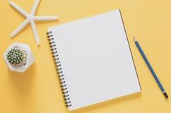 Het minimale concept van de bureauwerkplaats Leeg notitieboekje met zeesterren Stock Foto's