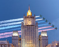 Het Ministerie van Buitenlandse zaken van de Russische Federatie en de Russische militaire vliegtuigen vliegen in vorming, Moskou Stock Foto's