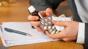 Het misbruik van pillen in zaken Stock Afbeeldingen