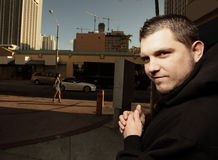 Het misdadige bidden op zijn volgende slachtoffer Stock Foto's