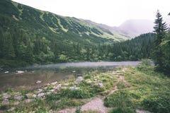 het mistige bergmeer in de zomer uitstekende retro ziet eruit Royalty-vrije Stock Afbeeldingen