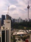 Het MKB-de bank lange bouw in aanbouw met KL-toren op de achtergrond Royalty-vrije Stock Fotografie