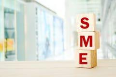Het MKB, Kleine en Middelgrote Onderneming, bedrijfswoord op houten kubus royalty-vrije stock afbeeldingen