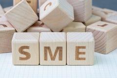 Het MKB, kleine en middelgrote ondernemingenconcept, kubeert houten blo stock afbeelding