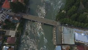 Het modderige water stroomt in snelle Rioni-rivier, Kutaisi-stad in Georgië, ecologie stock videobeelden