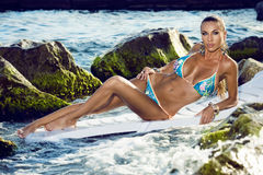 Het model in bikini zonnebaadt op overzees Royalty-vrije Stock Foto