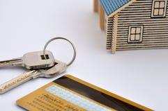 Het model, de sleutel en de creditcard van het huis Stock Foto's