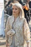 Het model draagt een gevormd jasje met een witte schouderzak stock afbeeldingen