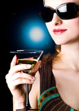 Het model drinken in een zitkamer Stock Afbeelding
