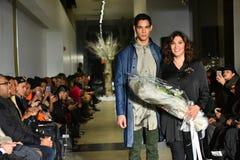 Het model en de ontwerper Lily Montes lopen de baan bij de Inzameling van de de DALINGS 2017 Metamorfose van ANTINOO Menswear royalty-vrije stock afbeeldingen